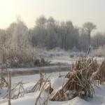 Зимний пейзаж с полузамерзшей рекой