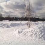 Рыбаки на льду и снег на набережной