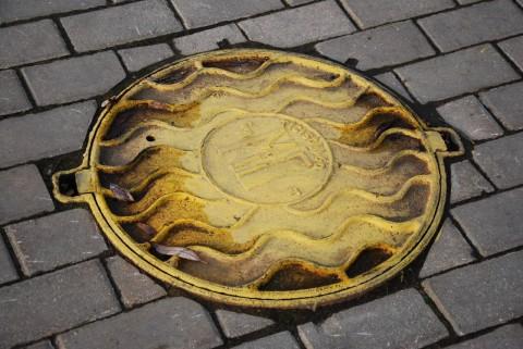 желтый канализационный люк