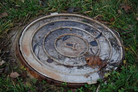 канализационный люк и лужи воды