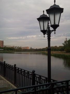 пейзаж с рекой и фонарем