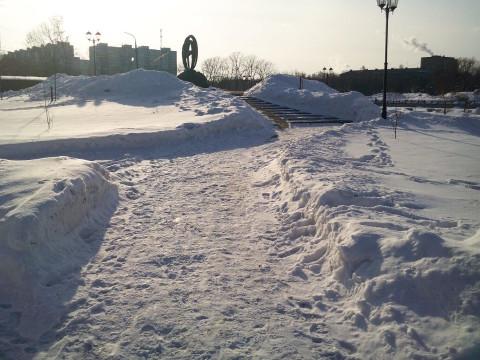 в снегу всё