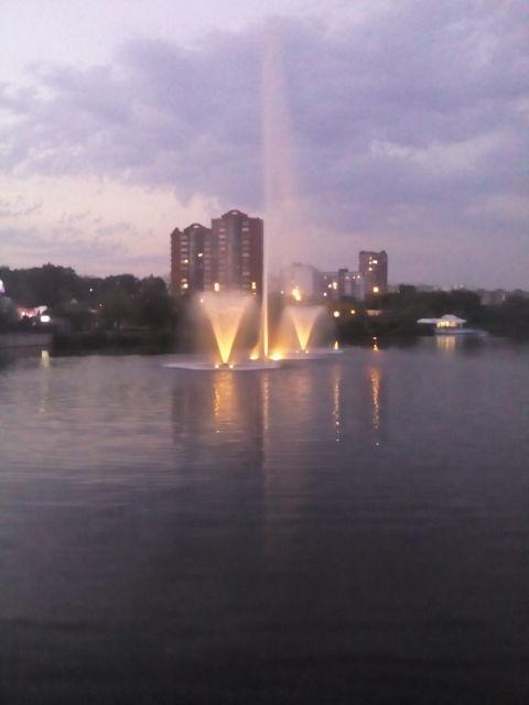фонтаны прямо в Яузе